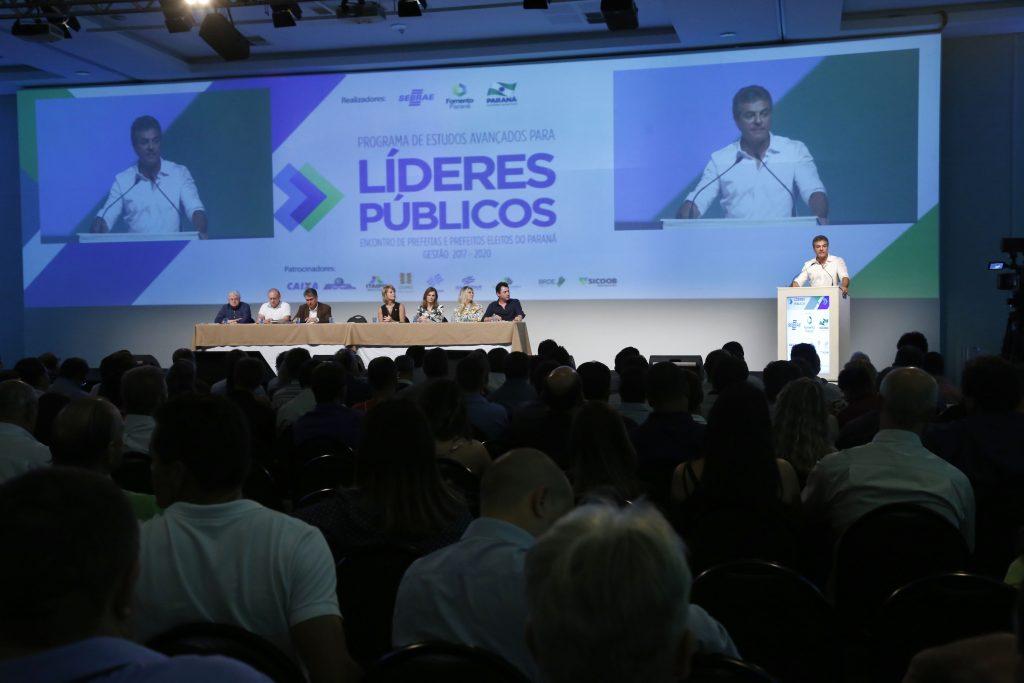 O governador Beto Richa fala durante a abertura da última parte do encontro de prefeitas e prefeitos eleitos do Paraná. Foz do Iguaçu, 02- 12-16. Foto: Arnaldo Alves / ANPr.