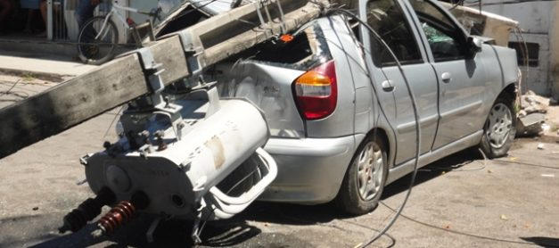 Batidas de automóveis em postes provocam 16 desligamentos por dia no Paraná