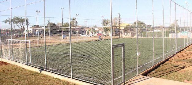 Prefeitura entrega mais dois campos de futebol society em vilas de PG